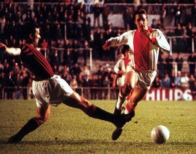 Johann Cruyff en pleine action contre le Milan AC