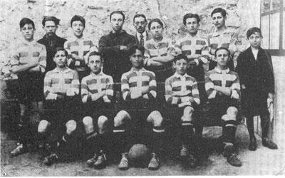 VILLAPLANE, assis au centre avec le ballon entre les jambes,au sein des minimes du FC Sète en 1922